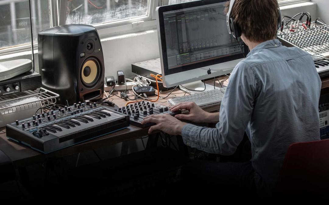 带有麦克风eq,而且喇叭和耳机可以独力调配音量的录音